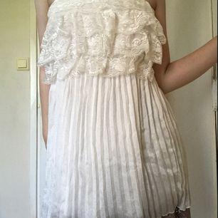 Vit klänning med spets. Använd en gång. Storlek XS. Kan mötas i Norrköping, annars står köparen för frakten.