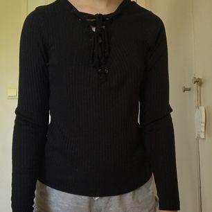 Svart tröja med snörning från BikBok. XS men passar också S. Mycket fint skick. Kan mötas i Norrköping annars står köparen för frakten.