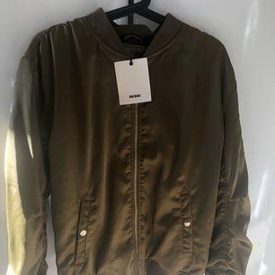 Jättefin olivgrön tröja från bikbok, aldrig använd! Står att storleken är S men är mer som M. Kan fraktas men köparen står för frakten