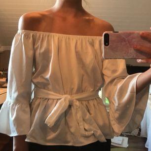 Supersöt off shoulder topp från chiquelle. Lappen är borta men tröjan är aldrig använd. Ordinarie pris 299-349:-. Frakten är inräknad i priset