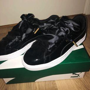 Jag säljer svarta PUMA BASKET HEART PATENT SNEAKERS för 500kr (nypris 999kr) i storlek 37.5 . Aldrig fått chansen att använda skorna då jag beställde en storlek för stor,har endast prövat dessa skor inomhus.