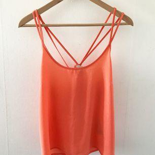 Korallrosa chiffonglinne i mycket fint skick, köpt på Vero Moda!