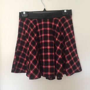 Jättefin kjol från Forever21! Använd ett fåtal gånger men är tyvärr förstor för mig. Katt finns i hemmet.