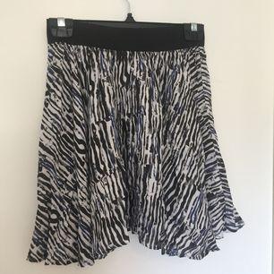 Fin kjol från Junkyard XXYY. Använd några gånger men är för stor för mig. Väldigt töjbart resårband i midjan. Katt finns i hemmet!