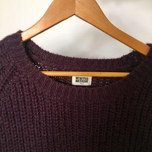 Mysig stickad tröja från weekday i mörklila! Storlek S men den är oversize fit. Skickar med postnords paket  M 59kr eller möts upp i Stockholm ✌🏼