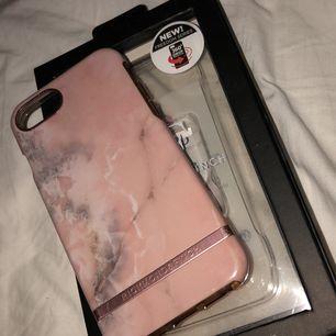 Richmond & finch Pink Marble-skal. Med 360° skydd för att skydda mot olyckor, skalet består av två delar: en bumper som skyddar kanterna och en annan hård del för iPhonen. Har köpte en annan mobil så den kommer ej till användning, fin som ny!