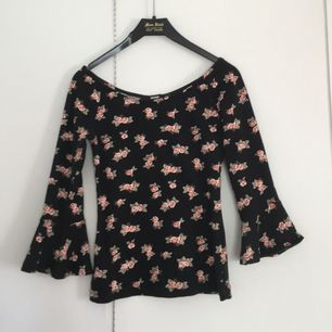 Blommig tröja med tre-kvarts-utsvängda armar. Möts i Falun eller så står köpare för frakt! Använd en gång och i perfekt skick!