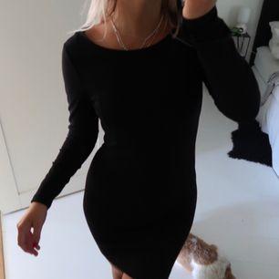 Tight svart klänning från H&M Fint skick  Köparen står för frakten