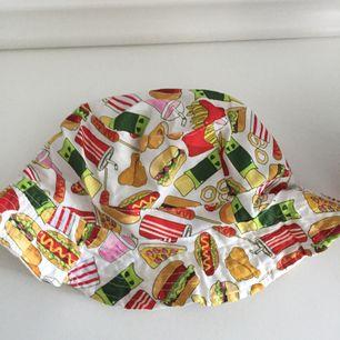 Säljer en fishhat med mat tryck på! Frakten ligger på 35kr:)