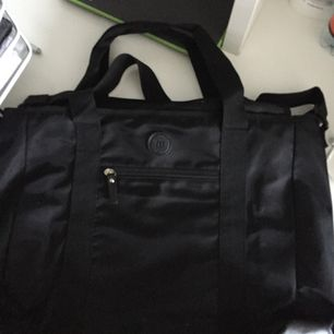 Säljer en svart väska från märket don donna, den är inte använd mycket! Köparen står för frakten. Väskan är hyfsat stor, en MacBook får plats i väskan!🌺