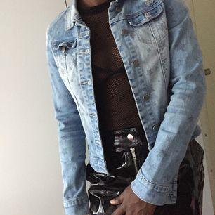 Säljer en jeans jacka med stjänor från new yorker! Den är i ett bra skick. Köparen står för frakten :)