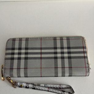 Säljer en snygg plånbok! Köparen står för frakten:)