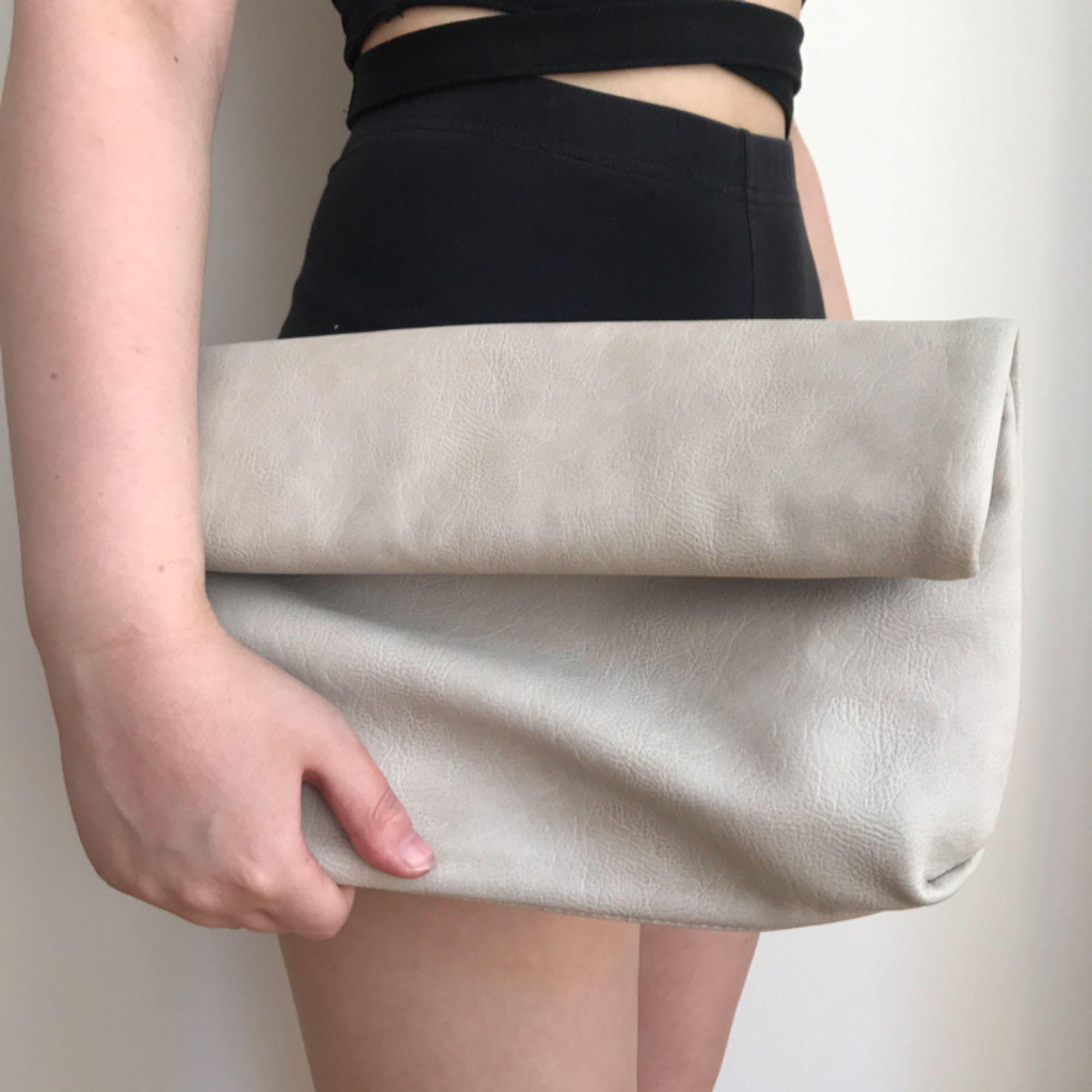 Beige väska från Gina Tricot. Aldrig använd. Kan mötas i Norrköping annars står köparen för frakten.. Väskor.