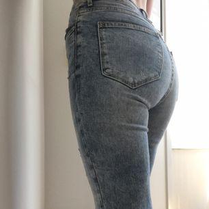 High waist slitna jeans i storlek 25/30. Använda en gång. Mycket fint skick. Kan mötas i Norrköping annars står köparen för frakten.