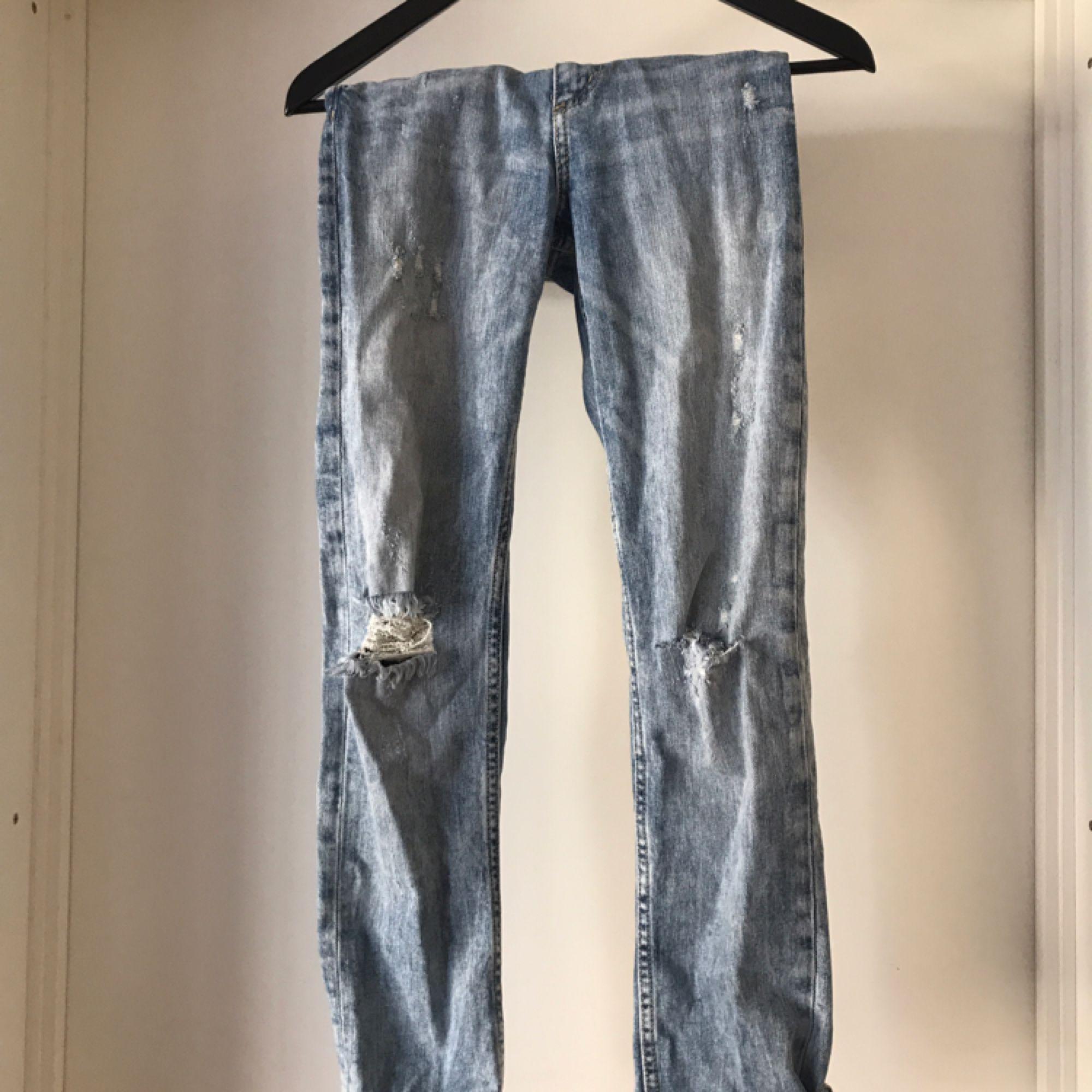 High waist slitna jeans i storlek 25/30. Använda en gång. Mycket fint skick. Kan mötas i Norrköping annars står köparen för frakten.. Jeans & Byxor.