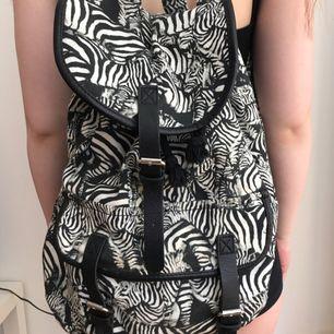 Ryggsäck med zebra-mönster. Fint skick. Kan mötas i Norrköping annars står köparen för frakten.
