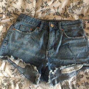 Säljer mina blåa short. Den sitter superfin och allt men de är för små för mig. Jag har använt 2-3 gånger så de är i superfin skick