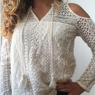 Säljer min sååå fina spets-ish cold shoulder tröja från Hollister! Köptes för 299kr något år sedan och har används för få gånger sedan dess, så därför säljer jag nu den. Frakt blir 45kr!