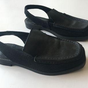 Sköna slip in loafers från & other stories i läder och canvas. De är i storlek 38 och skulle säga att de är liten i storleken. Mer 37,5  Köparen betalar frakt, ca 80kr. Meet up går bra i Stockholm.