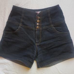 Ett par shorts som bara ligger i min garderob, säljer pga att de är för små.   köparen betalar frakt