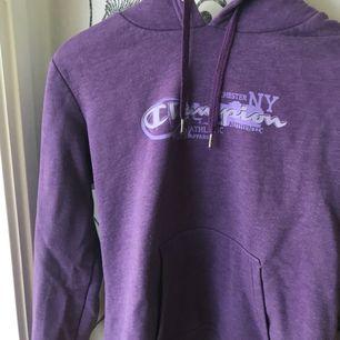Säljer min fina och givetvis äkta Champions hoodie! Köpt i USA för några år sedan, aldrig använd pga för stor och inte min smak. Frakt 45kr ☺️
