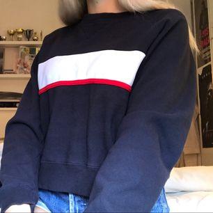 Jättemysig mörkblå tröja från Brandy Melville, använt runt 5 gånger. Fint skick, frakt 59kr:) tar swish