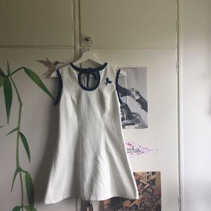 Jättefin vintageklänning som jag älskar men tyvärr inte kan ha. Storleken känns som s/36 men den är kort så skulle därför rekommendera den till någon som är ganska mycket kortare än mig (är 1,76)