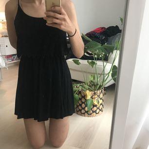 """Superfin svart klänning från Forever 21. Använd ca 1 gång och är nu dessvärre lite för kort för mig som är ca 170 cm lång. Klänningen ser """"tvådelad"""" ut och på den """"övre"""" delen är det en liten spetsdetalj. Frakt tillkommer."""