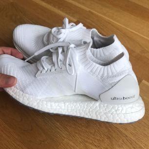 Ett par vita adidas ultraboosts, använd en kort gång. 800kr billigare än original priset. Frakt ingår inte i priset.