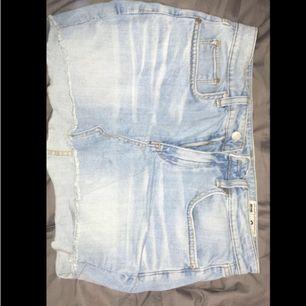Oanvänd jeanskjol från JC strl small, svinsnygg men fel storlek för mig :( priset är ev prutbart vid snabb affär