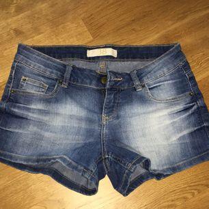 Blåa jeansshorts