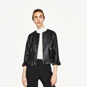 Ascool svart läderjacka med grilla från Zara! Tyvärr passar den inte alls min stil längre så den förtjänar ett nytt hem! 🌹 kan fraktas, men då betalar köparen frakten. ☄️