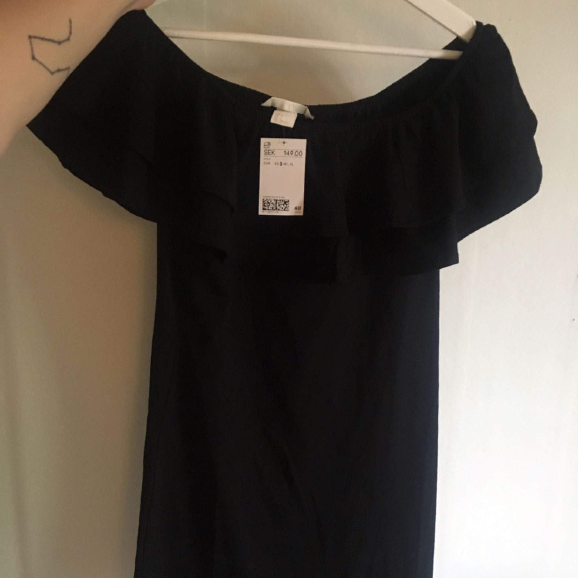 Svart Off Shoulder-klänning från h&m säljes pga att den inte passade mig, endast testad med lappen kvar. Klänningen kostar 149 + ev frakt så 200 kr, kan mötas i Karlskrona eller skickas, tar swish🌼. Klänningar.