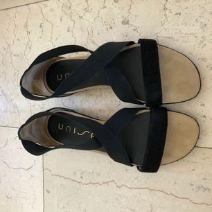 Oanvända sandaler storlek 40 från Unisa säljes! De har töjbara band förutom över tårna, vilket gör det väldigt smidiga att sätta på och ta av. De har endast provats vid ett tillfälle. Ordinarie pris 799kr.