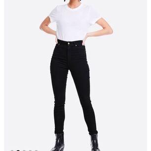 För stora byxor. Använd två gånger endast alltså som nya. Bikbok High flex ankle lenght.  Jättebekväma och stretchiga byxor.