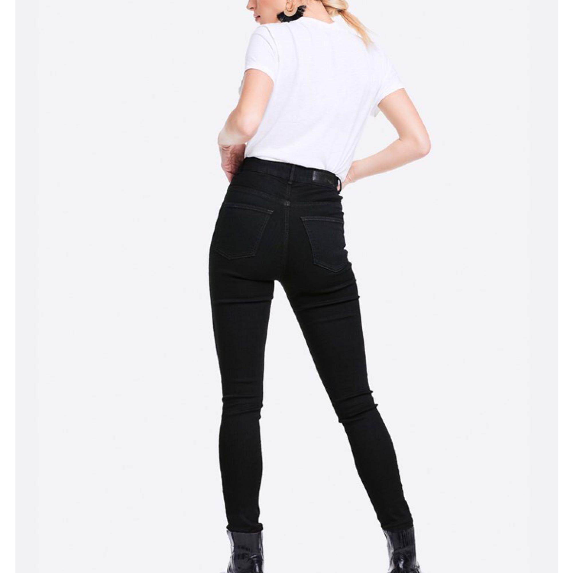 För stora byxor. Använd två gånger endast alltså som nya. Bikbok High flex ankle lenght.  Jättebekväma och stretchiga byxor. . Jeans & Byxor.