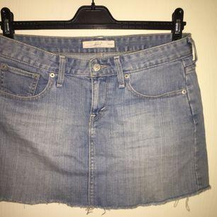 Snygg kort jeans kjol från Levi's Sparsamt använd  Priset går att diskutera och köparen betalar eventuell frakt