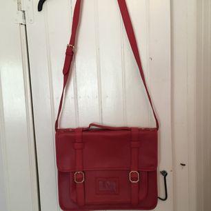 Säljer denna fina röda väska från Topshop och den är aldrig använd så den är i toppskick. Den är tillräckligt stor för att få plats med en vanlig MacBook eller likande dator i samma storlek. Fraktkostnad tillkommer.