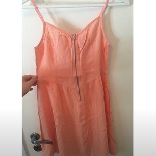 Underbart söt klänning i storleken 34. Helt ny då den ej passar mig! Perfekt för sommarens alla tillfällen .