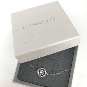 Oanvänt Lily and rose armband! Färg: silver och ljusrosa/roséguld? Köparen står för frakten. Kan även mötas i Göteborg