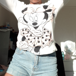 Långärmad tröja från Disney H&M med ett tryck på Mimmi Pigg. Det är för ljust på 2 av bilderna men på andra bilden ser man trycket tydligt.