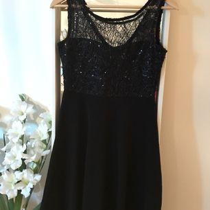 Helt ny och oanvänd klänning. Elegant med paljett detaljer upptill, vackert fall nedtill. Kan skickas mot frakt.