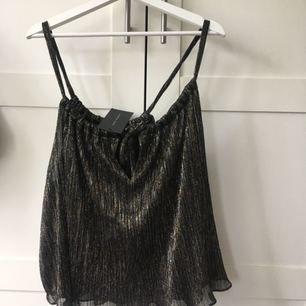 Glittrig/skimrande partytopp från Zara. Aldrig använd, prisklapp kvar! Fel storlek för mig, därav aldrig använd. I priset är frakt inkluderat!