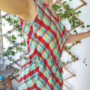 Skitsnygg och skön klänning som slutar ungefär vid mitten av låret. Inklusive frakt! Resår i midjan o lätt att bara slänga på sig👌🎉