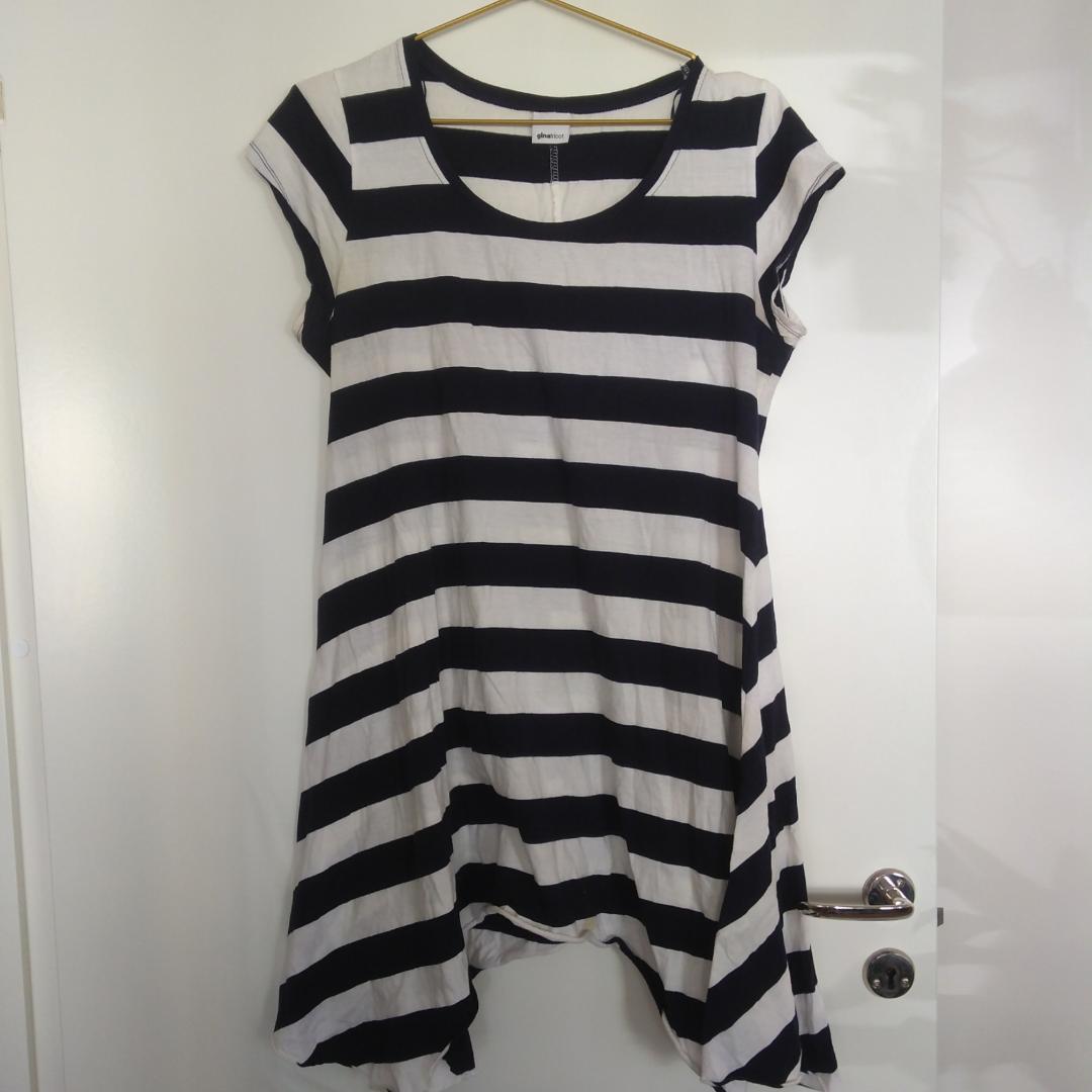 cdb7121cad8e Randig lös klänning från Gina Tricot i vit och mörkblått, nästan svart.