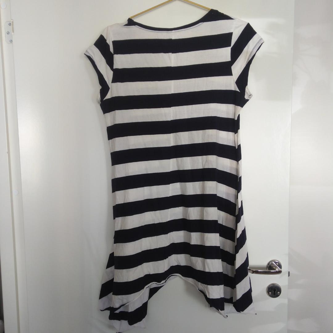 5fad6f0ee4a6 Går lite Randig lös klänning från Gina Tricot i vit och mörkblått, nästan  svart. Går lite
