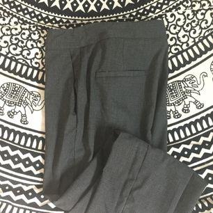 Snygg Kostymbyxa/chinos i grått med sidfickor