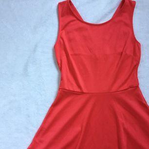 jättefin röd klänning med lite öppning i ryggen som passar till dom flesta tillfällen💃🏽  stl S men skulle säga att den passar en M också. tar swish och kan frakta om det behövs men då betalar köparen för frakten✨