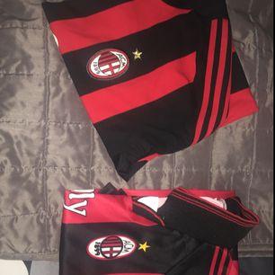 En äkta Milan match-tröja som är köpt i San Siro, Italien och har Schevchenkos tryck på ryggen (XL)  En oäkta vanlig tröja med Ibrahimovic tryck på ryggen (S/XS)   Äkta Schevchenko: 500kr Kopia Ibrahimovic: 200kr  •••köparen står för frakten•••