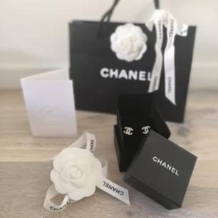 Här har vi ett par Chanel örhängen köpta i Monaco 2015 (nypris 500€). Helt i nyskick! Lämnades in på